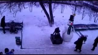 Снеговик пугает людей  Funny Videos - Funny Pranks