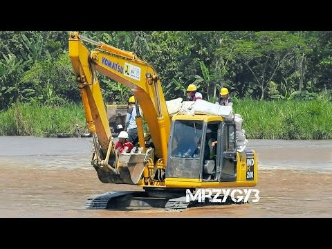 Komatsu PC200 Kobelco SK200 excavator Working On The River