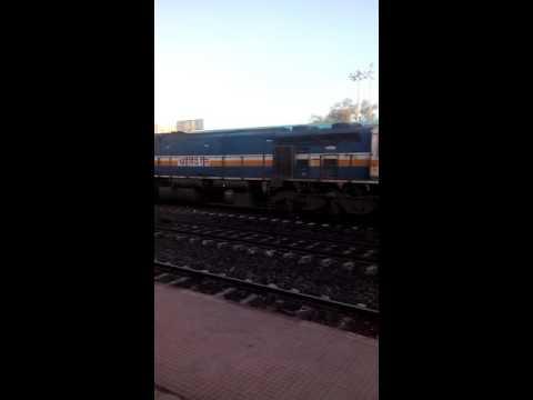 Pune - Gorakhpur Express with WDP-4D Rips Narsinghpur at MPS.