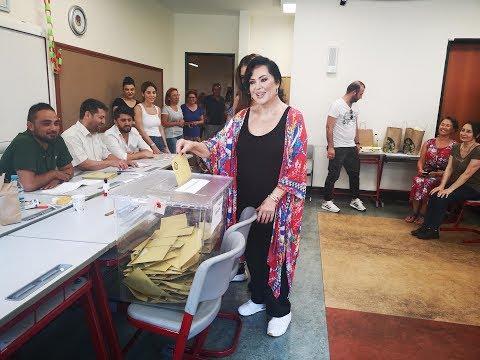 Türkan Şoray ile Sibel Can 15 dakika kala oy kullandı