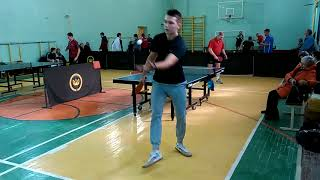 Молодой нападающий пытается обыграть ветерана защитника