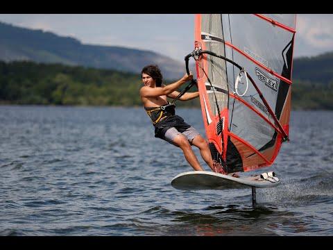 Nicolás Blanco, deportista de windsurf, modalidad Foil, en Castrelo de Miño