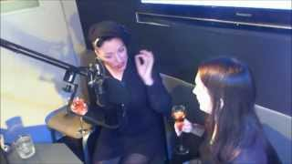 Lady Lou teaches Susann: How to seduce someone with a Champagne glass