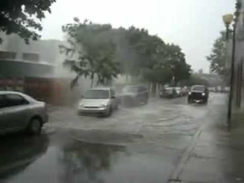 машину подняло от напора воды из канализации!