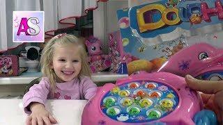 Видео для детей - Алинка играет в рыбалку. Игрушки, развивающие ловкость и внимание.