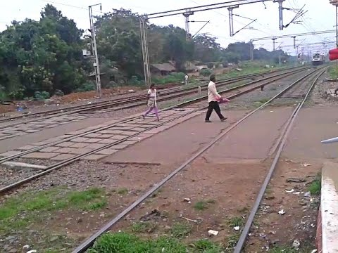 Confused girl escape from screaming WAP7 Lalbagh Express!!