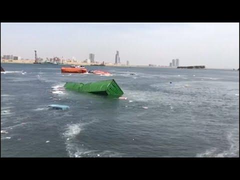 Zwei Frachter kollidieren: Container über Bord