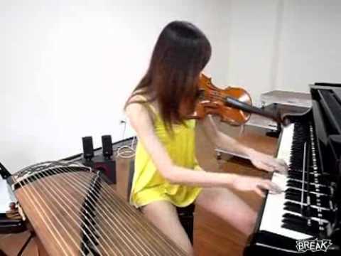 Cô gái chơi 3 nhạc cụ trong một bản nhạc