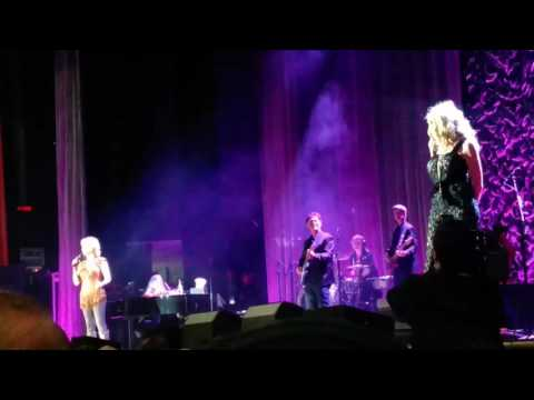 (Clip) Reba McEntire and Linda Davis - Does He Love You (2/15/17) Ryman Auditorium Nashville,TN