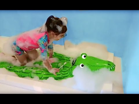 CUMBIA DE HOY - EMILY PLAYING WITH THE CROCODILE IN THE BATHTUB