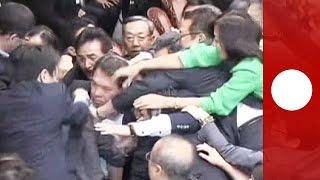 بالفيديو.. مشاجرة واشتباك بالأيدى فى البرلمان اليابانى