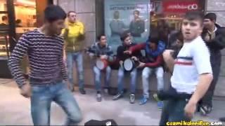 Roman Gençlerin Hunharca Yaptığı Göbek Dansı  848x480