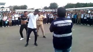 Estudiantes bailando salsa choke en Ecuador XD