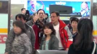 這次就不剪了媒體的行為太過份了媒體記者可以再過分一點明明在握手會開始之前都有記者會了還在機場跟FANS擠什麼擠阿你們圍起來是要圓陣嗎.