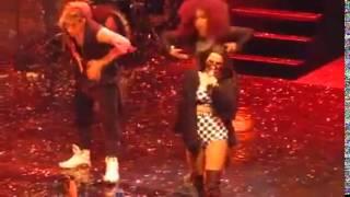 Anitta cantando Bitch Better Have My Money no Cha da anitta