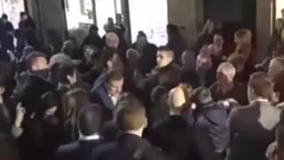 فيديو شاب يلكم رئيس الوزراء الإسباني لكمة شديدة تترك وجنته حمراء!