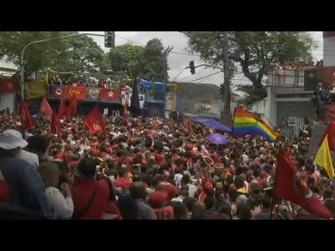Lula's supporters await his arrival at rally at metalworkers' union | AFP