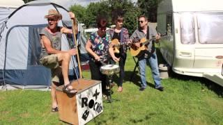 Une famille de musiciens dans un camping en Normandie.