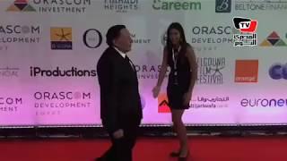 ليلي علوى تستقبل عادل إمام بقبلة في افتتاح مهرجان الجونة السينمائي