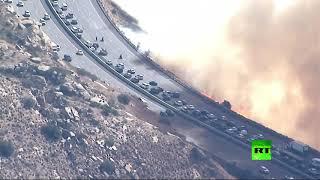 """لقطات تحبس الأنفاس..""""جحيم كاليفورنيا"""" يطال الطرق السريعة!"""