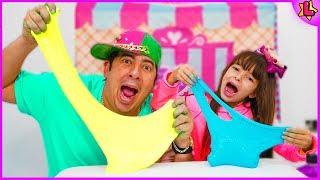 Laurinha ensinando o papai a como fazer Slime - Laurinha teaching dad how to make Slime