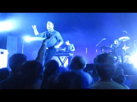 "Future Islands ""Ran"" - Milwaukee Pabst Theater 6/7/2017"