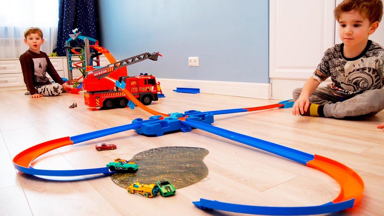 Лев и Глеб веселятся с игрушечными машинками | Hot Wheels City