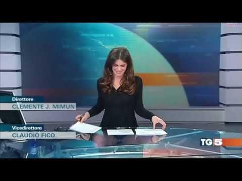 Italienische TV Moderatorin Costanza Calabrese lässt tief blicken
