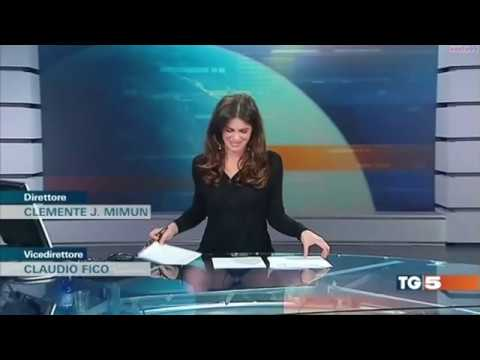 Italienische TV Moderatorin Costanza Calabrese lässt tief blicken thumbnail