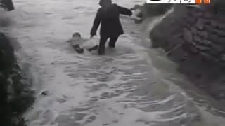 Dev dalgaların iki kadını yutma anı böyle görüntülendi
