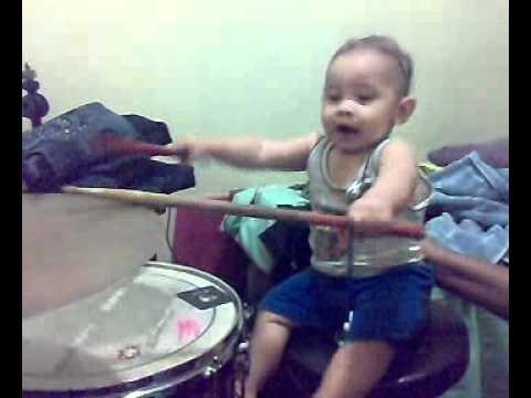 o pequeno Arthur na bateria aos 7 meses