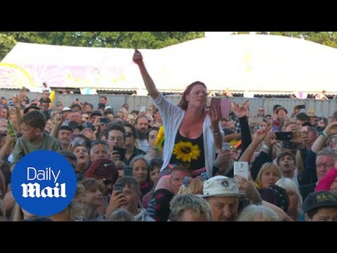 Thousands enjoy sunshine and music at Isle of Wight festival - Daily Mail