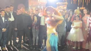 بالفيديو والصور.. 'البودي جارد' يحاصر أوكسانا أثناء تقديمها رقصة مثيرة