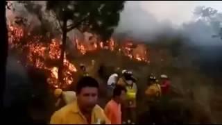 Helicóptero apaga incendios da en el blanco
