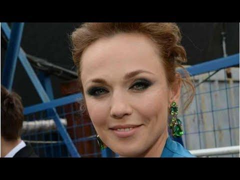 Джанабаева пришла на кинопремьеру в Каннах в красном платье с глубоким декольте