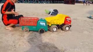 เล่น รถ ของเล่น ทราย น้ำทะเล กับคูณ แคน ครับ