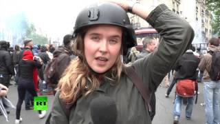 Корреспондента RT ударили во время протеста в Париже в прямом эфире(Участники акции протеста в Париже против трудовой реформы пытались помешать работе корреспондента RT Анны..., 2016-05-17T18:32:20.000Z)