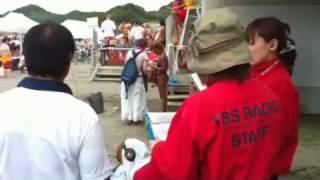 千葉県富浦原岡海岸で開催されたボディビルコンテストにラジオ局が取材...