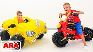 فلاد ونيكيتا يتظاهران باللعب مع سيارة لعبة من البالونات