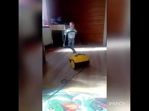 Помогаем маме с уборкой