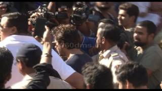 SHAHRUKH KHAN Comes Out To Vote | BMC Election 2017