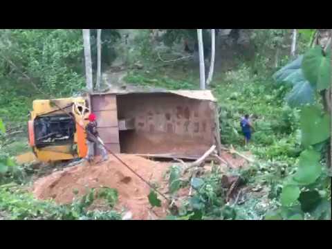 Video: Chófer pierde el control  y camión se va a un precipicio en Nagua.