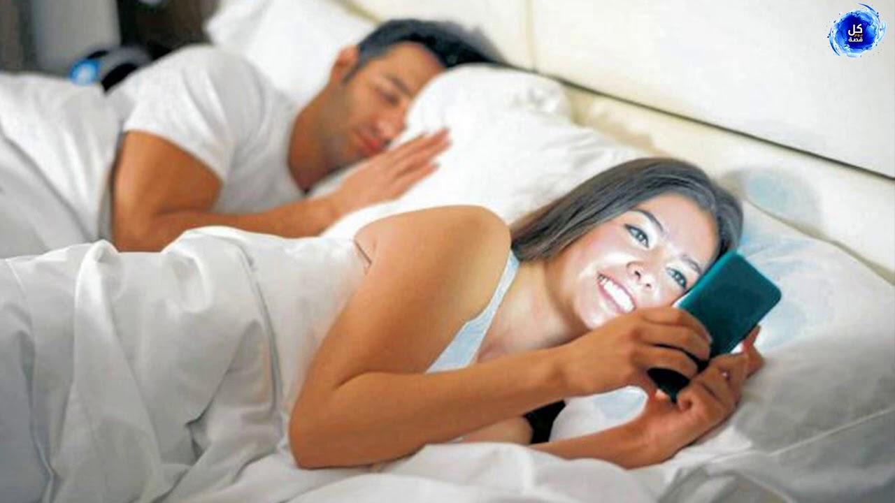 رجل أهدى لزوجته هاتفا كهدية ولم تكن تعلم أن هذا الهاتف سيكون سبب في كشف خيانتها له