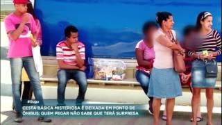 Homem divide cesta básica com mulher desconhecida no quadro Anjo Secreto