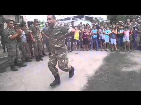 Армянские солдатчы танцуют лезгинку