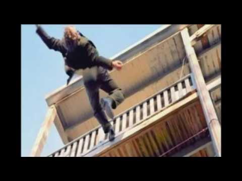 98aa01d3d76 Aπίστευτο! έπεσε από το μπαλκόνι - YouTube