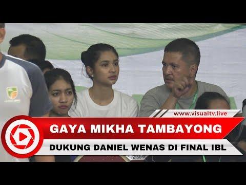 Gaya Mikha Tambayong Dukung Daniel Wenas di Final Kedua IBL 2018