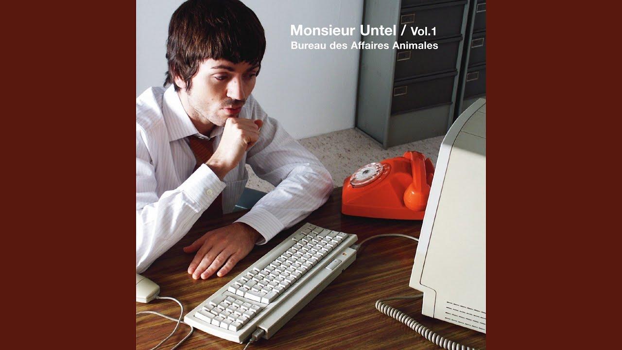 Jeune homme d affaires axés sur le travail avec ordinateur