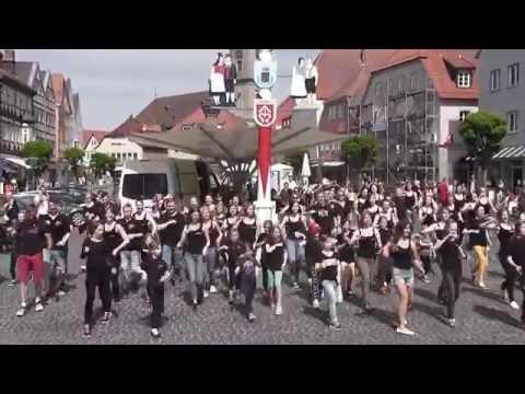 Die Tanzsportgarde des TSV Hollstadt mit 1. Dancing - Flashmob am Bad Neustädter Marktplatz