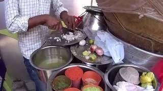 Пани пури в Бангалоре.  Улыбчивый продавец, добавка в подарок